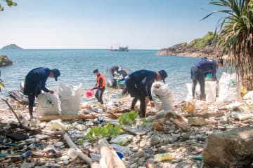 Volunteers collect plastic waste on Koh Chang in Trat province as part of the Trash Hero campaign. (Jakkrit Waewkraihong)