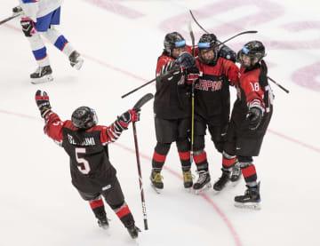 冬季ユース五輪のアイスホッケー女子準決勝のスロバキア戦でゴールを喜ぶ日本=ローザンヌ(OIS提供・共同)