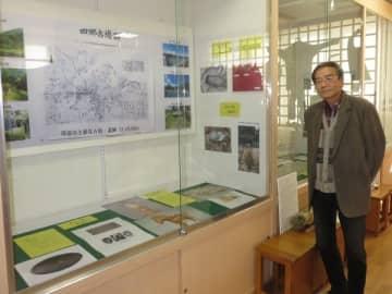 【四郷地区の歴史や文化を伝える資料などを紹介する上野さん=伊勢市楠部町の四郷地区コミュニティセンターで】