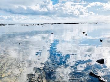 素材集に収録されている男鹿市の鵜ノ崎海岸。水面に映る風景が美しい(秋田県提供)