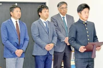 優秀選手として表彰された坂本前主将(右端)=海星高