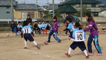 プロの選手を相手に、子どもたちが果敢に攻めたミニゲーム(亀岡市薭田野町・青葉学園)