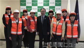 高木勉市長から委嘱されたキッズガード。専用の帽子とビブスを着用して活動する