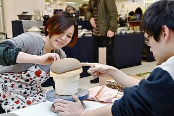 鈴木さん(右)の指導で鉢作りに挑戦=米子市西福原2丁目の米子天満屋