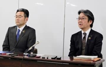 記者会見で抱負を語る朝川氏(左)、山本氏の両副市長=20日、大阪市役所