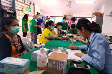 Staff from the Bangkok Metropolitan Administration offer checkups to people affected by smog on Tuesday. (Photo supplied)