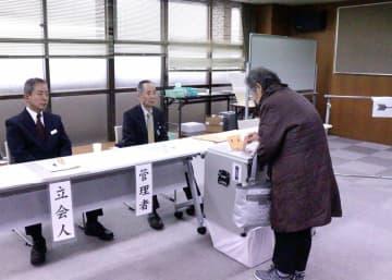 京都市長選の期日前投票をする有権者(中京区役所)