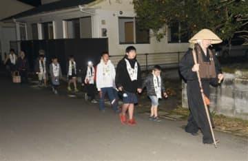 寒行で地域の無病息災を願いながら歩く子どもたち=人吉市