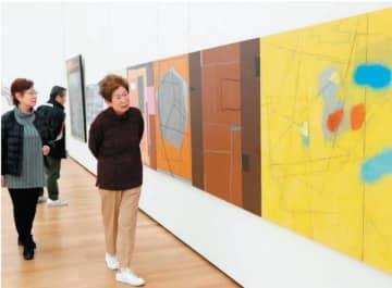 感性と独創性あふれるさまざまな作品が並ぶ会場=21日午前、大分市の県立美術館