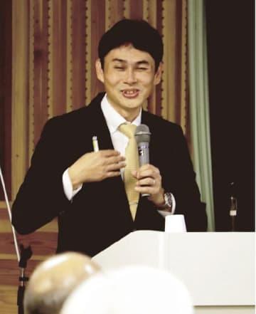 講演する宍倉正展さん(和歌山県串本町潮岬で)
