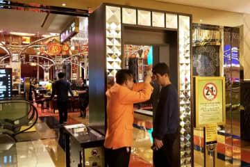 マカオのカジノ施設入口における体温検測の様子(写真:DICJ)