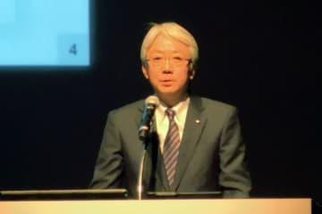 ブランド戦略と企業目標をプレゼンテーションする中村知美社長