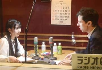 「しあわせになるラジオ」の収録に臨む826askaさん(左)とパトリック・ハーランさん=1月20日、東京都港区のアール・エフ・ラジオ日本東京支社