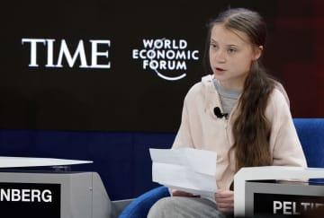 世界経済フォーラム年次総会(ダボス会議)の討論会で話すグレタ・トゥンベリさん=21日、スイス・ダボス(ロイター=共同)