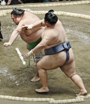 徳勝龍(右)が突き落としで千代丸を破る=両国国技館