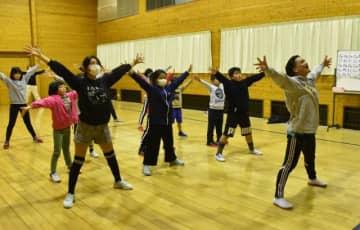 11月公演の記念舞台に向け、練習に励む出演者たち