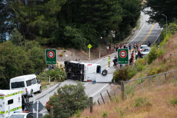 ニュージーランドで中国人観光客乗せたバス横転、多数が負傷 画像