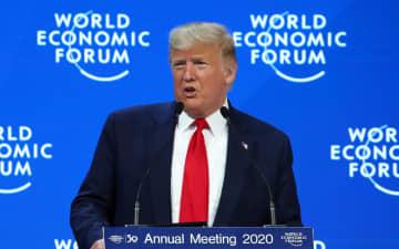 21日、スイス・ダボスでの世界経済フォーラム年次総会(ダボス会議)で演説するトランプ米大統領(ロイター=共同)