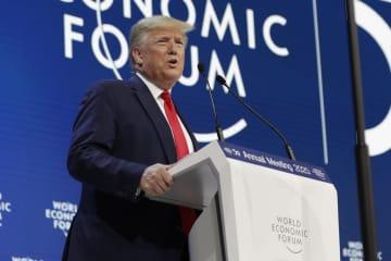 21日、スイス・ダボスでの世界経済フォーラム年次総会(ダボス会議)で演説するトランプ米大統領(AP=共同)