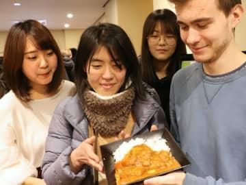 難民問題を考えてもらおうとメニューを考案した立命館大の学生グループ(京都市北区・立命館大)