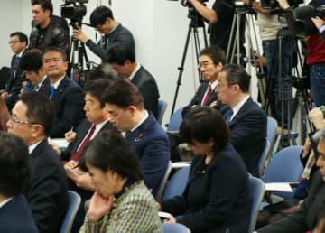 両院議員総会に出席して合流協議に臨む国民民主党所属の国会議員=東京、国民民主党本部