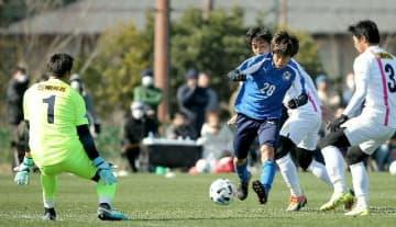 【大分―宮崎】シュートを放つ大分のMF町田(28)=大分市の県サッカー協会スポーツ公園