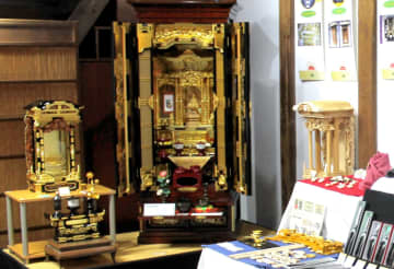 江戸以来の歴史を持つ山形仏壇などが並ぶ工芸品展
