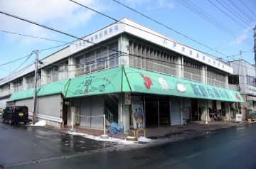 改修工事が行われる見通しの八戸市営魚菜小売市場=21日、同市湊町