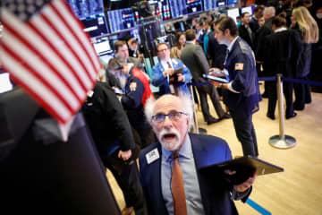 ニューヨーク証券取引所のトレーダー=21日(ロイター=共同)