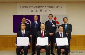 前列左から、港三菱自動車販売の中島高虎社長、港区の武井雅昭区長、三菱自動車の加藤隆雄CEO