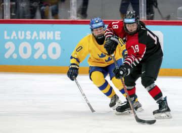 冬季ユース五輪のアイスホッケー女子決勝でスウェーデンと対戦する日本の伊藤麻(右)=ローザンヌ(OIS提供・共同)