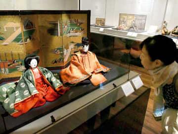 「有職雛(ゆうそくびな)」をはじめとした貴重な資料が公開された内覧会=21日午前、さいたま市岩槻区の岩槻人形博物館