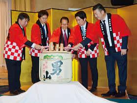 鏡割りでグループの発展を願う寿浅会長(中央)ら