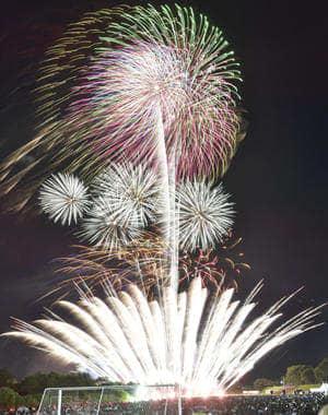 8000発の花火で夏の夜空を彩った昨年7月27日の福島市のふくしま花火大会。今年は8月以降に延期される見通し