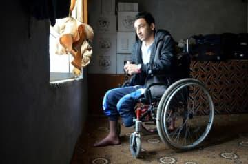 拉致されてISの戦闘員になって戦い、左足を失ったヤズディの17歳少年。昨年に解放された(2019年11月、イラク・クルド自治区)=玉本英子さん撮影