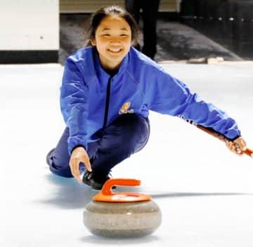 カーリング甲子園に向け、ショット練習に励む武田美咲希=17日、イヨテツスポーツセンター