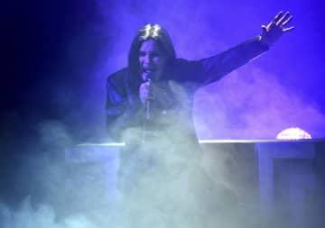 2019年11月、アメリカン・ミュージック・アワードの授賞式でステージに上がるオジー・オズボーンさん=ロサンゼルス(AP=共同)
