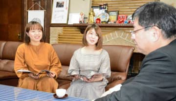 室井市長と懇談する氏家さん(中央)とひさみつさん(左)