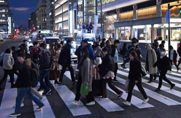 観光客や市民が行き交うJR京都駅前で演説する候補者(20日午後5時38分、京都市下京区)