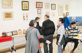 葉彩画と陶芸作品が並ぶ二人展
