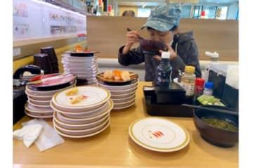 金田朋子、かっぱ寿司で60貫ペロリ 100キロマラソン後の食欲に森渉も唖然