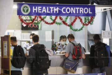 Passengers queue up for health screening at Suvarnabhumi airport in Samut Prakan province. (Bangkok Post photo)