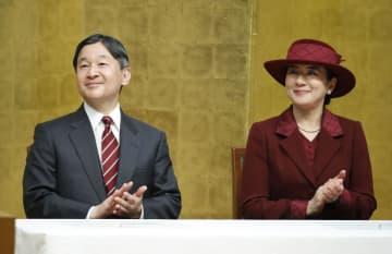 国立障害者リハビリテーションセンターなどの創立40周年の記念式典で拍手を送られる天皇、皇后両陛下=22日午後、埼玉県所沢市