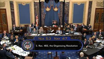 22日、弾劾裁判の手続きに関する決議案を賛成多数で可決した米上院=ワシントン(上院テレビ提供、AP=共同)