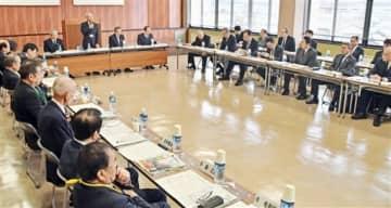 北陸新幹線の福井県内開業を見据えて開かれた同県坂井市議会とあわら市議会の合同研修会=1月21日、あわら市役所