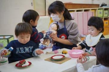 乳幼児を相手に実習体験する参加者