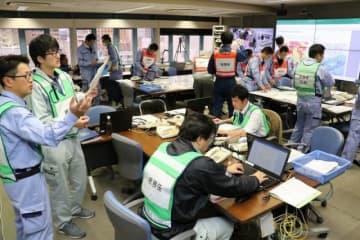 訓練で被害状況や対処手順を確認する岡山市職員=市保健福祉会館