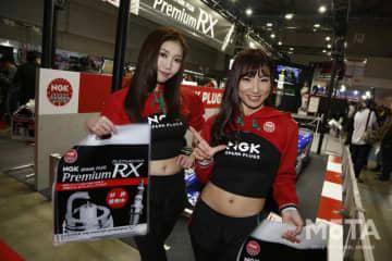 NGK SPARK PLUGSブース、コンパニオンたち 東京オートサロン2020