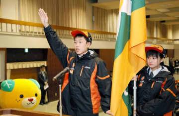 選手宣誓する蒲地航大選手(左)と旗手の豊島美春選手=22日、県庁