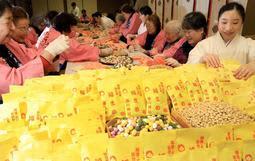 豆まき神事へ「福豆」400キロを袋詰め